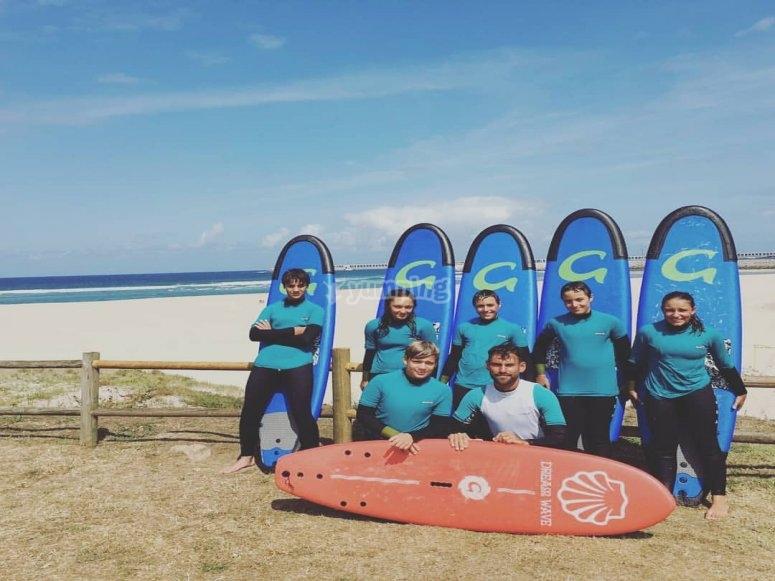 Grupo infantil en clase de surf