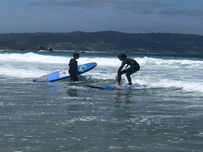 Aprendiendo a surfear en playa de Sabón