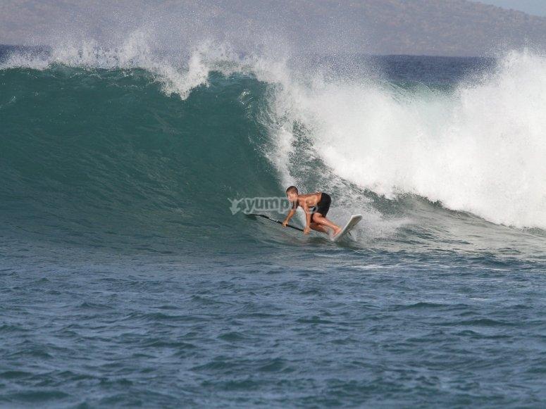Jóvenes surfistas en las aguas de Arteixo