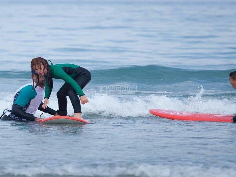 El alumnado más aplicado sobre la tabla de surf
