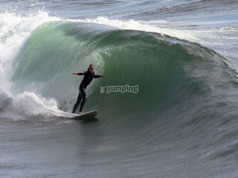 Cabalgador de olas en Playa de Sabón