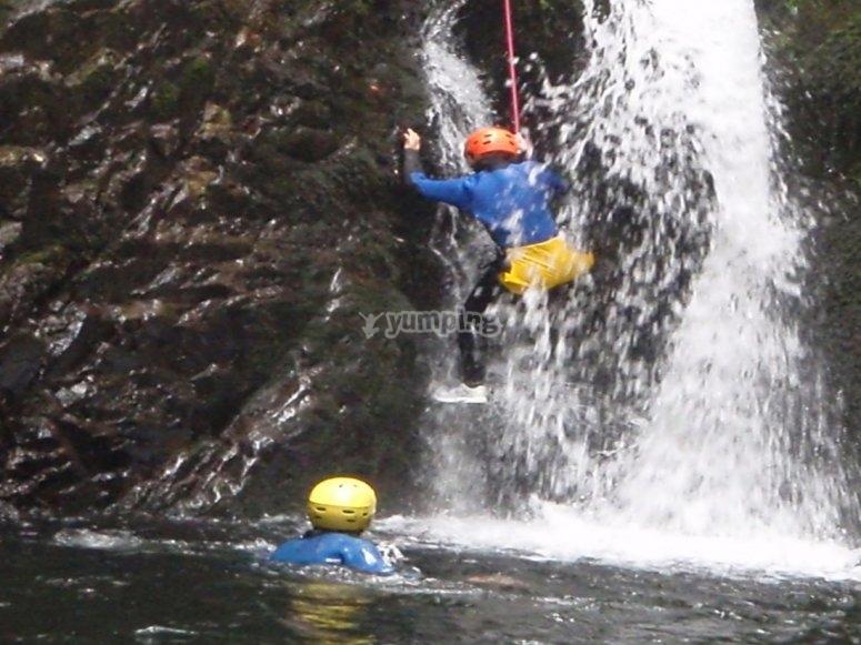 Discesa tra le cascate del fiume Santa Baia