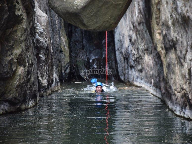 在Calzadillas渡过一段水