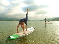 Sup yoga nell'acqua