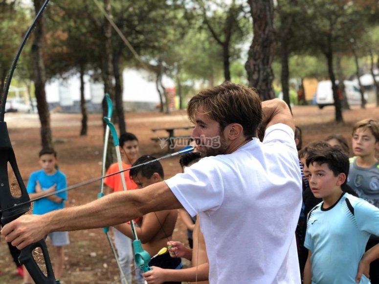 Monitor enseñando tiro con arco