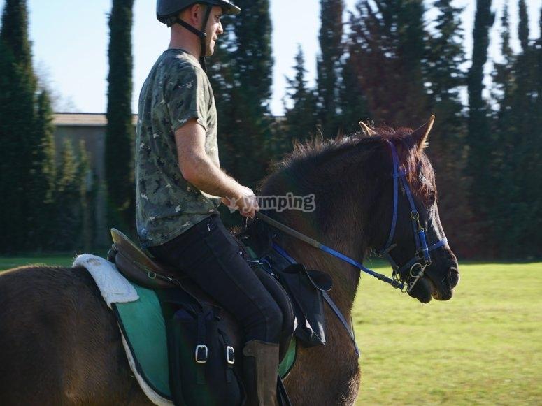 Partenza a cavallo attraverso l'ambiente naturale