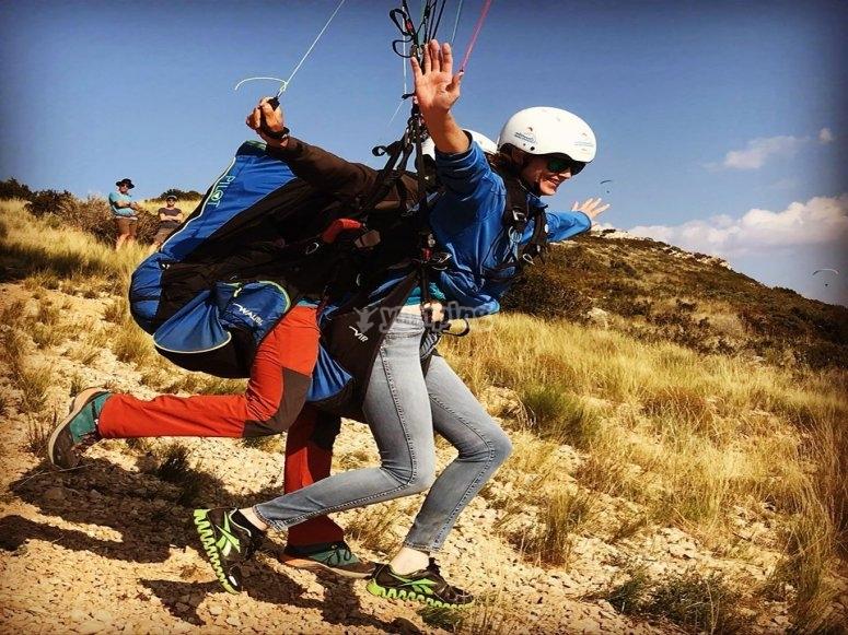 在山谷练习滑翔伞来自Ager
