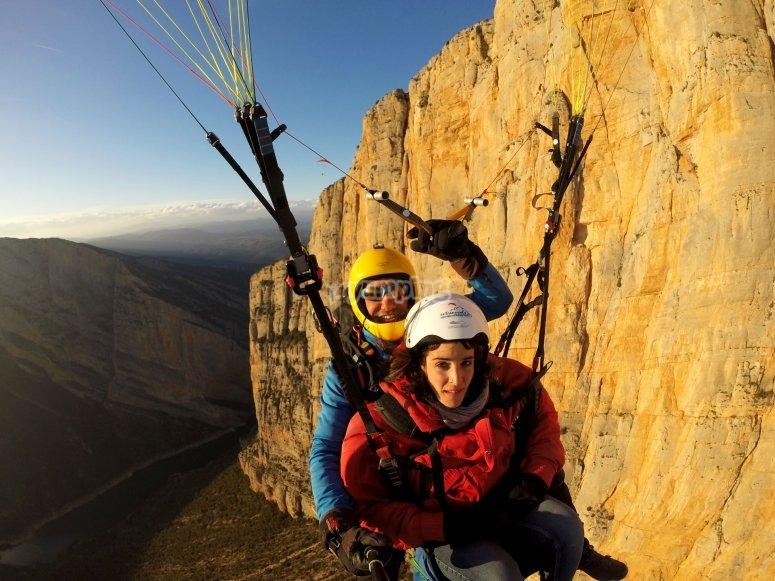 飞越蒙特雷贝峡谷滑翔伞