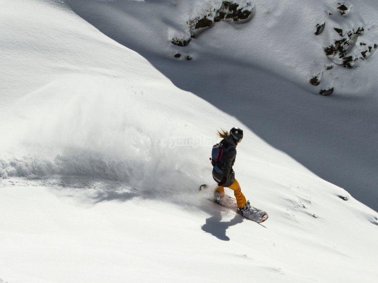 Baqueira的单板滑雪监视器