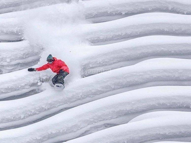 用单板滑雪下降雪坡
