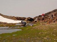 孩子在格拉纳达登山步道在内华达山脉