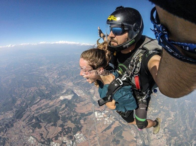 与跳伞教练一起跳伞