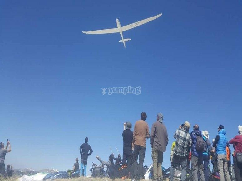 Spectators witnessing the glider flight