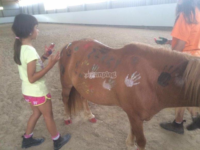 Pintando con las manos al poni