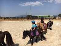 Clase de equitación para niños