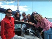 Chicas brindando a bordo