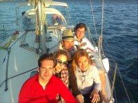 Companeros在船上提供日落告别