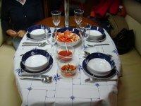 Mesa preparada para comer en el velero