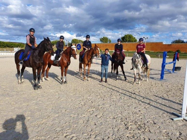 Clase grupal de equitación Girona