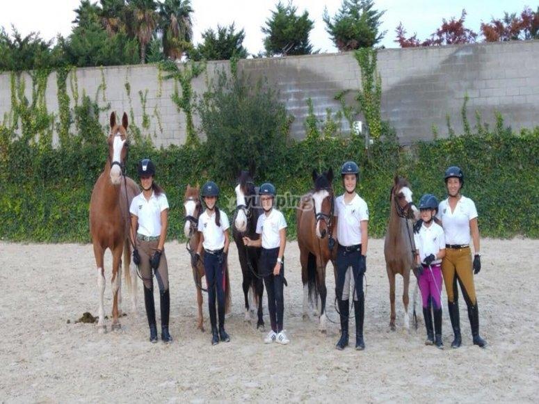 与小孩子一起骑马课