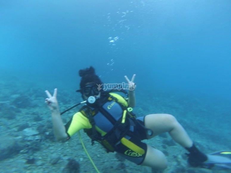 在海底下敬礼的潜水员