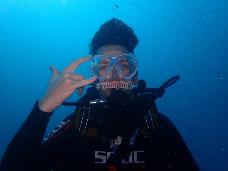潜水员在相机前挥舞着
