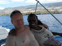 Abrazados durante el viaje en barco