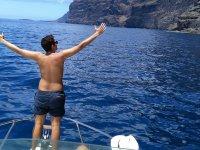 Con los brazos abiertos de pie en el barco
