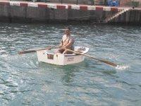 Sonriendo en la barca auxiliar