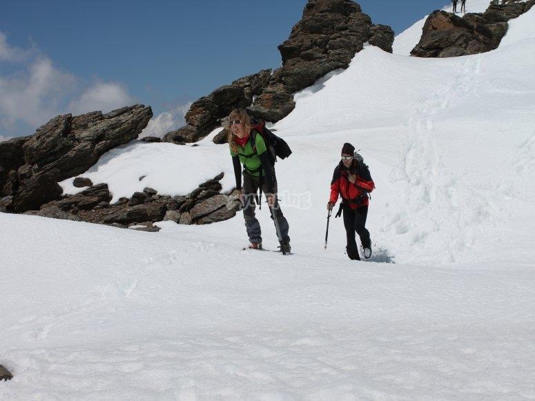 Subiendo por el terreno nevado