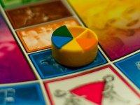 Quesitos de colores y tablero del tradicional juego de mesa