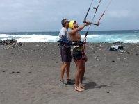 Alumno de kite asistido por el monitor