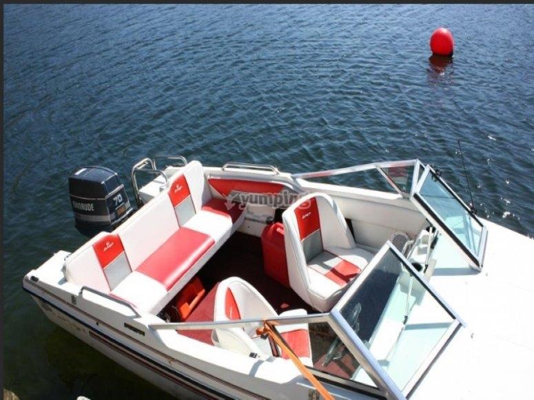 Viaggia lungo la costa con la nostra barca