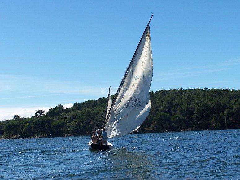 Che circonda l'isola in barca