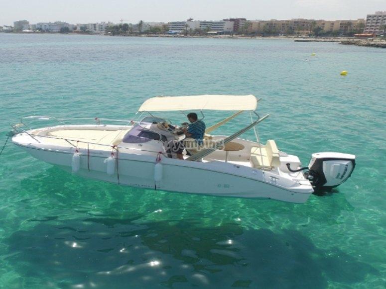 Una delle nostre barche che navigano attraverso le acque cristalline
