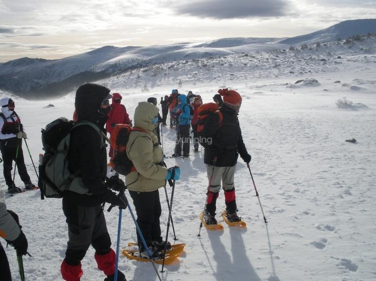 使用雪靴的公司活动大雪