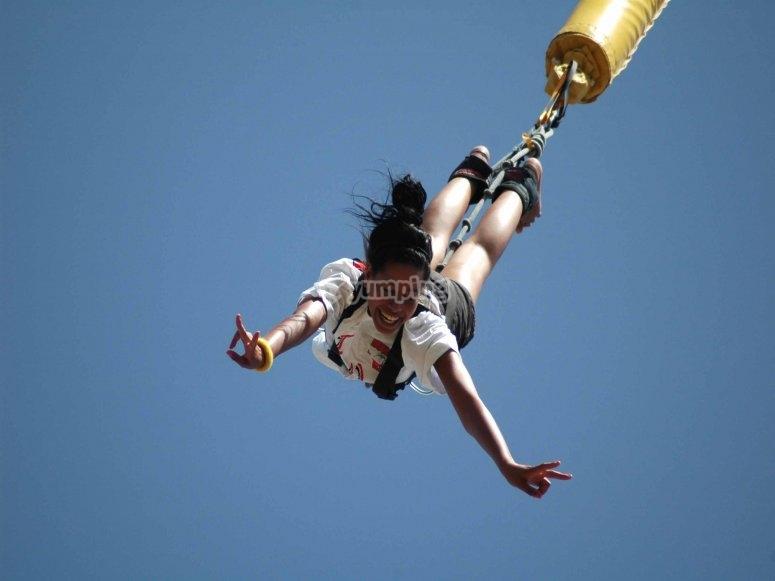 Saltando al vaío en bungee jumping