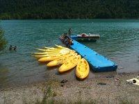 Kayaks en el embarcadero del pantano