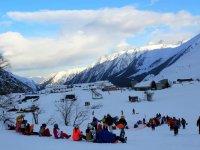 快活音乐标志雪橇比赛在滑雪胜地滑雪考虑山区