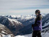 Esquiador contemplando las montanas