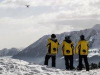 Monitores de esqui viendo el paisaje