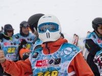 在竞争中参与升降机滑雪