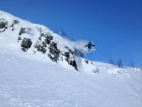 跳跃过障碍在雪地与表