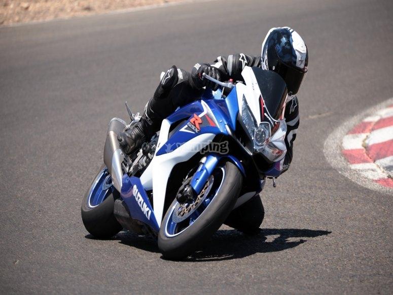 Pilota una moto en el Circuito de Jerez