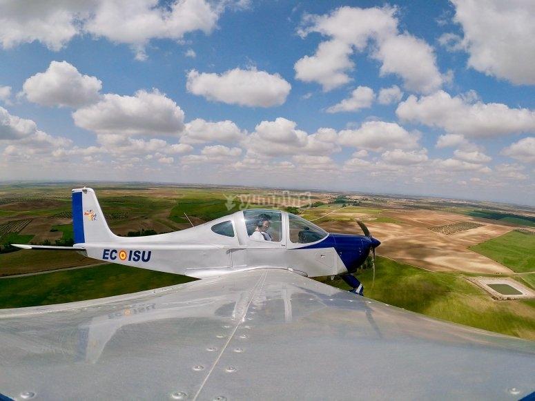 从轻型飞机-999探索阿布维亚的景观-从维拉卡汀机场起飞