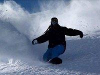 Deslizandose sobre la nieve con la tabla de snow