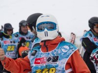 参与者看在滑雪赛在滑雪胜地景观