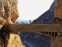 Atraviesa el puente del Caminito del Rey