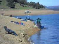 Pesca colas del embalse