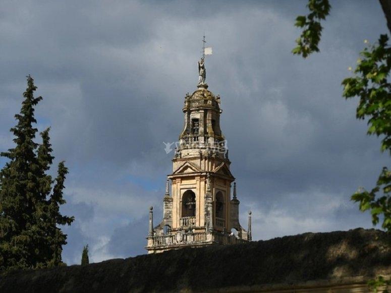 La torre di Cordova che si trova nel quartiere ebraico è una delle elementi più riconoscibili dal cielo